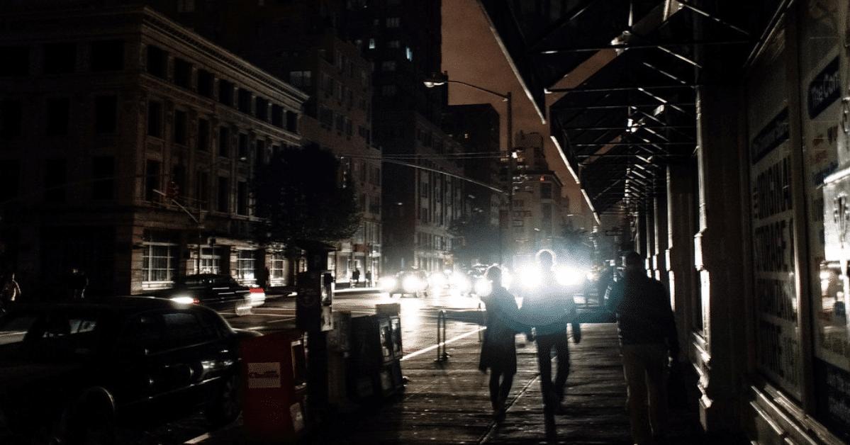 strada completamente al buio durante blackout