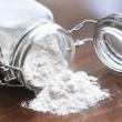 barattolo di farina rovesciato - come conservare la farina
