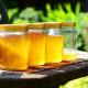 vasetti di miele sopra ad un ripiano - benefici del miele